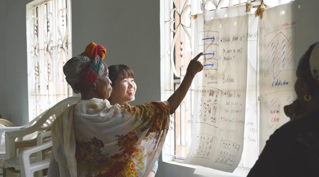 日本人マイクロファイナンスインターンがタンザニアの女性にビジネスの仕組みを教育